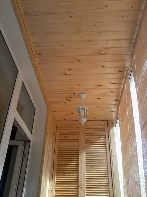обшивка потолка балкона вагонкой