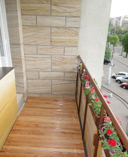 отделка открытого балкона камнем