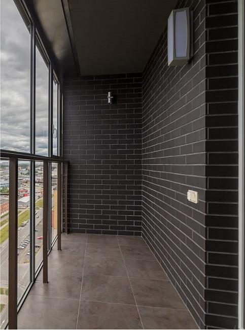 отделка панорамного балкона клинкерной плиткой