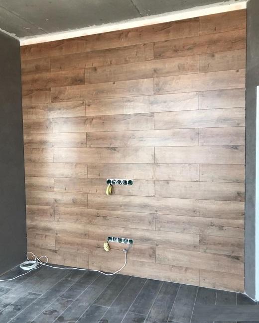 коричневый ламинат на стене