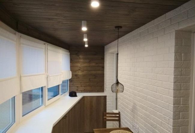 отделка декоративным кирпичом и деревом на балконе