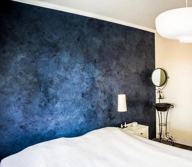 синяя венецианка в интерьере спальни