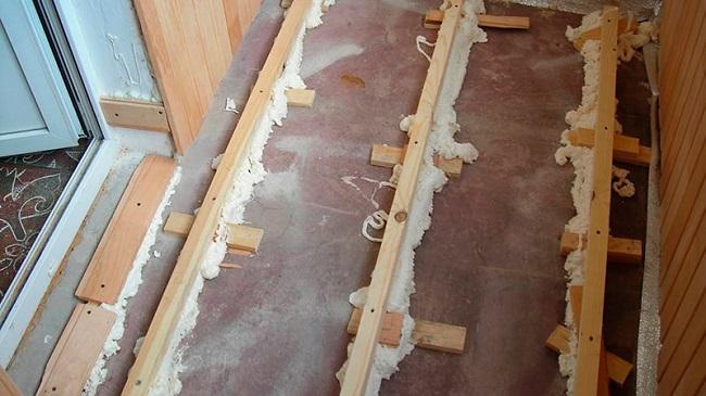 укладка лаг на подставках на балконе
