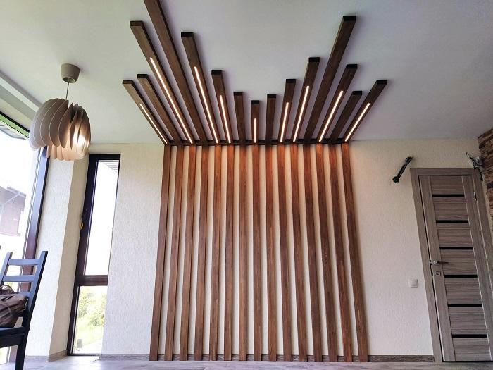 рейки в интерьере маленькой комнаты с заходом на потолок