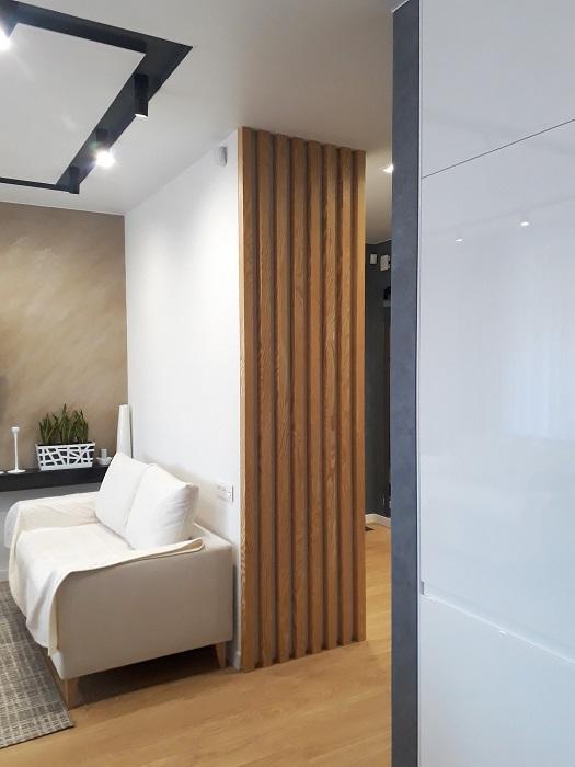 рейки у стены коридора