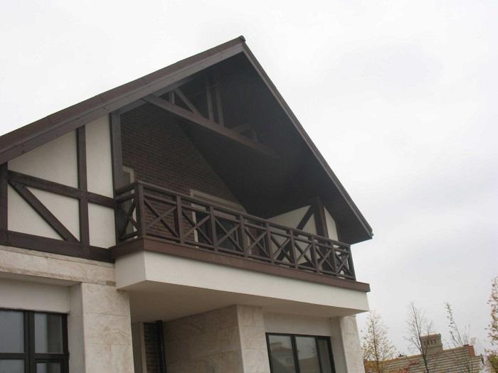 деревянные ограждения балкона частного дома