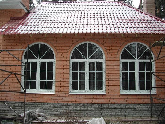 арочные окна со шпросами для частного дома